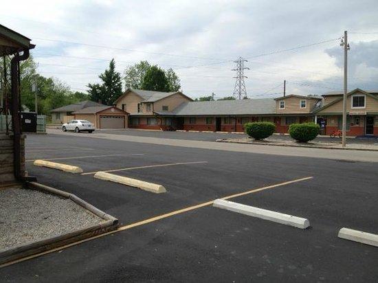 Campbells Motel: MOTEL VIEW