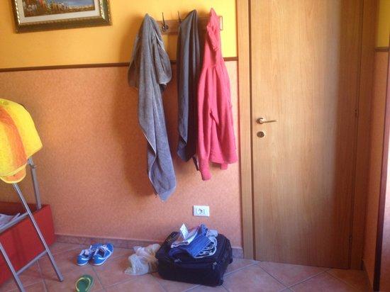 Alessandro Palace Hostel: Habitacion