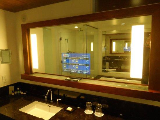 Fairmont Pacific Rim: salle de bain avec télé dans le miroir
