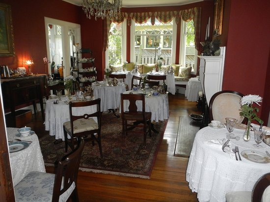 Black Walnut Bed and Breakfast Inn: The breakfast room