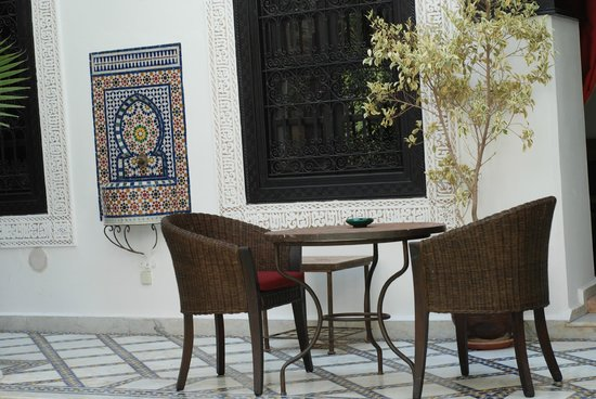 Le Riad Monceau: Sitting area outside of room and pool area