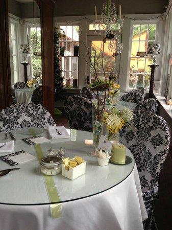 Culpepper Inn Bed and Breakfast: Breakfast table
