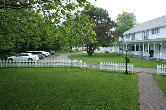 Kindred Spirits Country Inn & Cottages: Main Inn from porch of Gate House