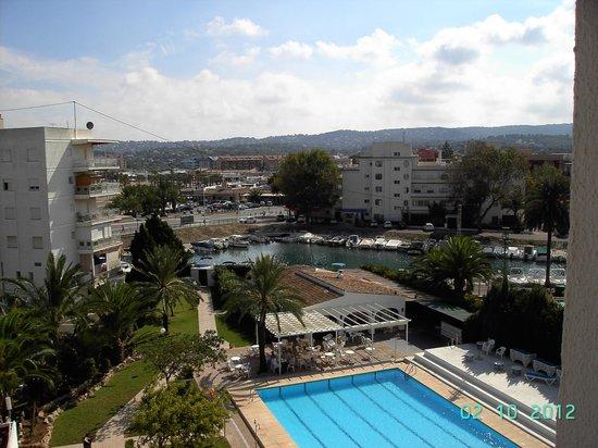 Hotel Villa Naranjos : piscina desde habitacion