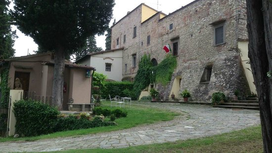 Fattoria Settemerli: Entry and grounds