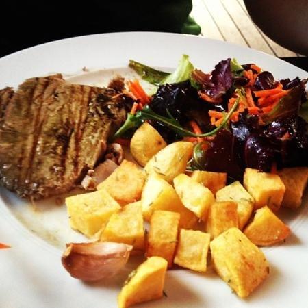 La Mesa Restaurant: tuna steak