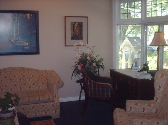 Cambie Lodge Bed & Breakfast: Restful living room