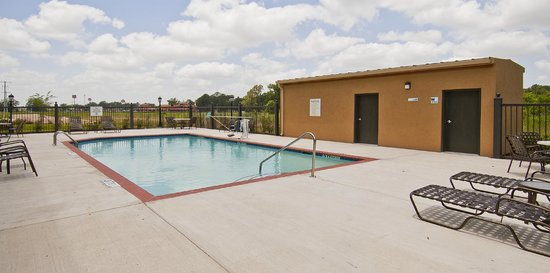 Holiday Inn Express Jackson/Pearl International Airport: Outdoor Pool and Lounge Area