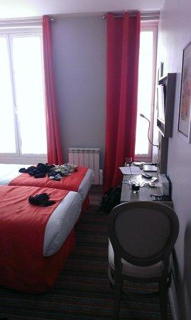 Hotel Floridor Etoile: Desk & TV