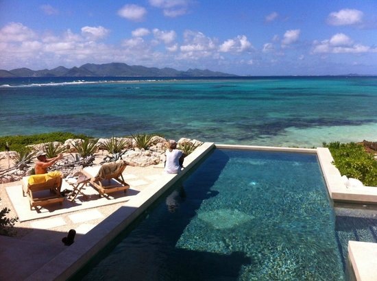 Las EsQuinas Boutique Bed and Breakfast: Taking in the view poolside