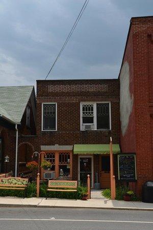 Dot's Coffee & Tea Shop: Outside