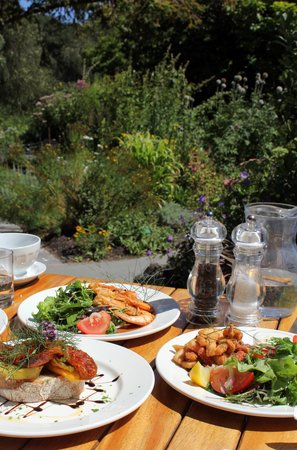 Curator's House Restaurant: 'English country garden', but sunny!