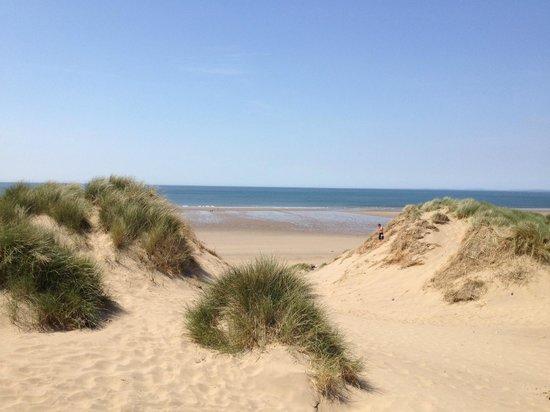 Hillend campsite: Walk to beach across sand dunes
