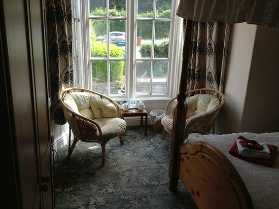 Cambrian Guest House & Tea Rooms: Window and seating area