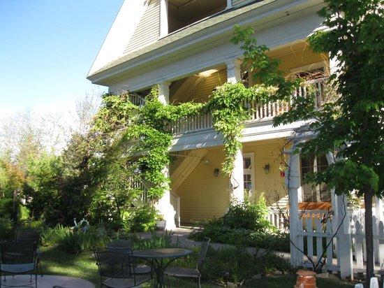 McCloud Hotel: Exterior
