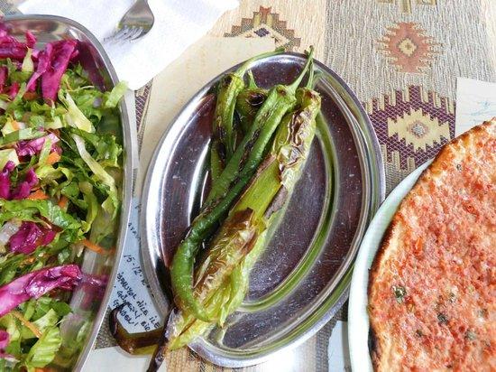Okumuslar Pide Salonu: Salad and green pepper