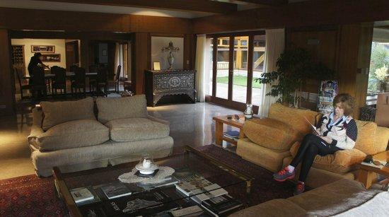 Antares Patagonia Suites & Eventos: acogedor living con bellísimos muebles y una Biblia incunable