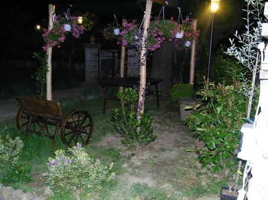 Casa Losea: Pergolato fiorito e panca caratteristica