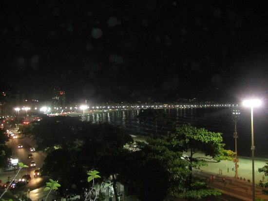 Sofitel Rio de Janeiro Copacabana: View of the beach from dining area at night.
