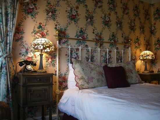 Centrella Inn: bedroom with roses