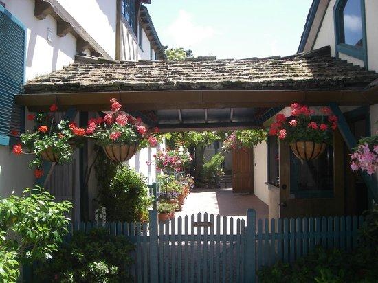 Normandy Inn: gorgeous flowers everywhere