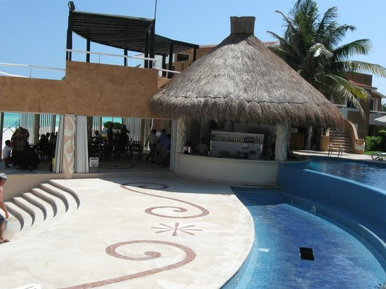 Sunset Fishermen Spa & Resort: Pool bar and one of two dining areas