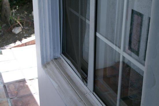 Catalina Boat House : Room window screen