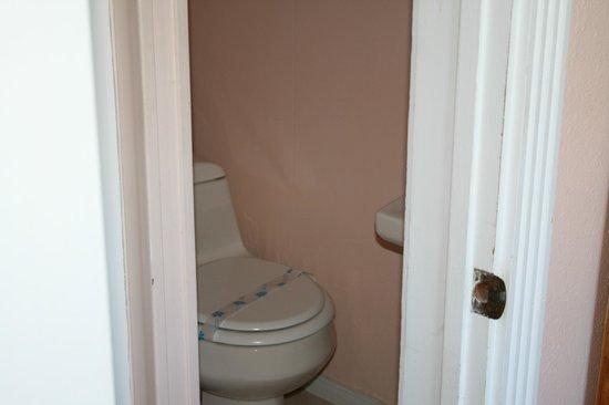 Catalina Boat House : TINY bathroom