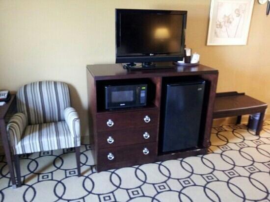 Hampton Inn & Suites Brunswick: tv stand with refrigerator and microwavr