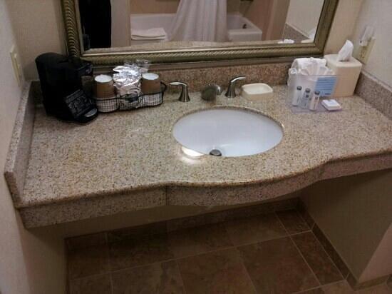 Hampton Inn & Suites Brunswick: bathroom sink area