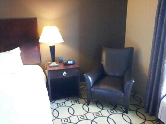 Hampton Inn & Suites Brunswick : chair and table alongside bed
