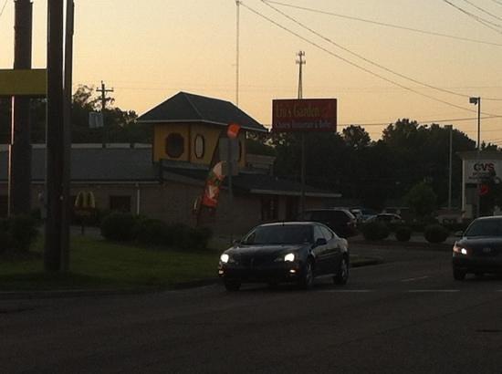Lius garden : Eat at the McDonald's next door!