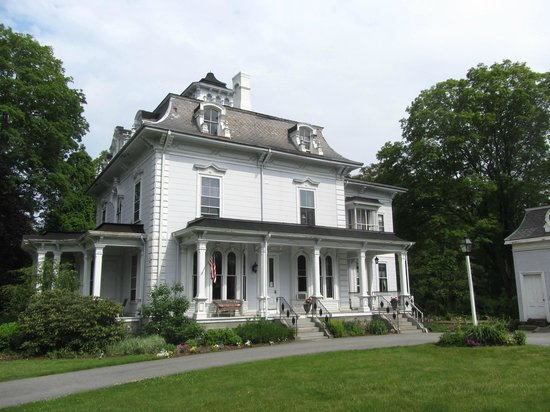 Proctor Mansion Inn: A grand old lady.