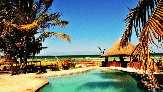 The Beach Village: piscina frente ao mar