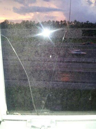 The Palms Hotel and Villas: Cracked filthy window