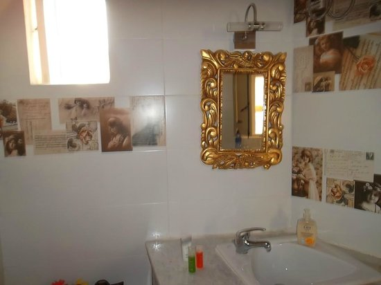 Chapel 5 Palazzo Suites B&B : notre salle de bain dans la yellow room