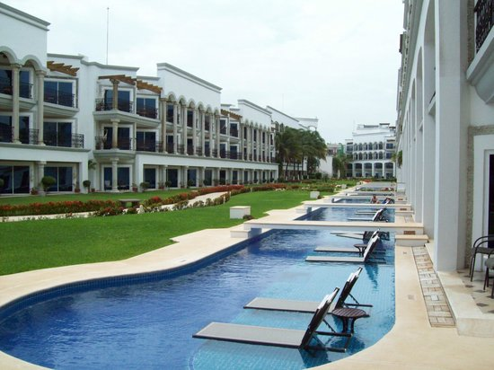 Swim up rooms - Picture of Hilton Playa del Carmen, an All