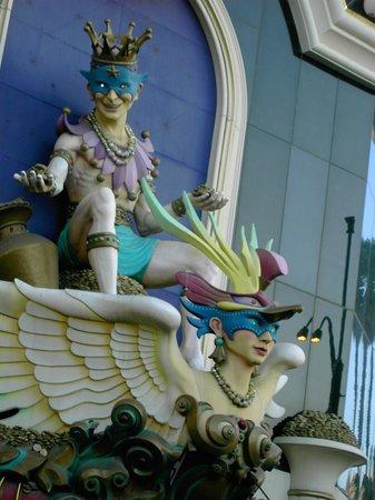 Casino at Harrah's Las Vegas: harrah's statue