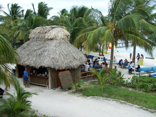 Caribbean Villas Hotel: The Catamaran Bar and Grill - Delicious and Friendly!!