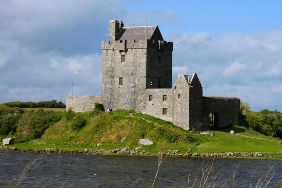 Dunguaire Castle's Medieval Banquet: Dunguaire Castle by day