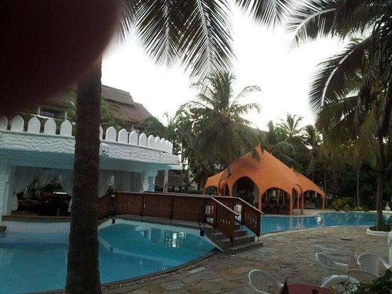 Southern Palms Beach Resort: Das rote Gebäude ist das Grillrestaurant