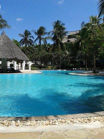 Southern Palms Beach Resort: Pool im Vorderen Bereich des Eingang und Rezeption