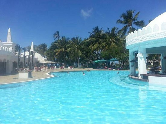 Southern Palms Beach Resort: Pool nähe des Strandes und Animation