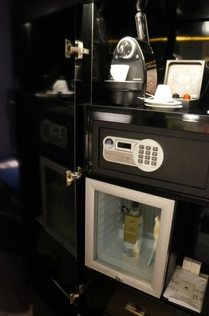 Hotel & Spa La Belle Juliette : Safe, Nespresso machine with capsules and fridge with free bottle of water