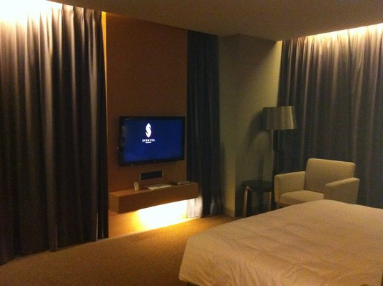 Sivatel Bangkok: bedroom, sorry for not including the great view behind the curtain :)