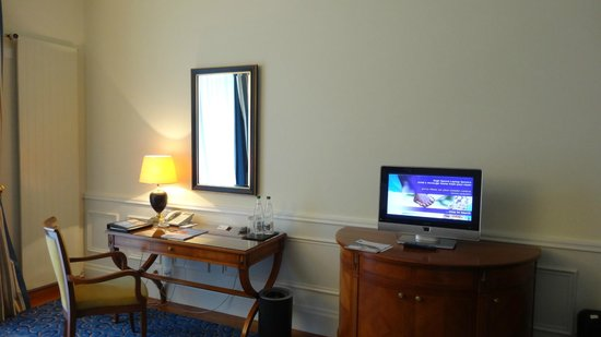 Palace Luzern: Work Area & Entertainment in room