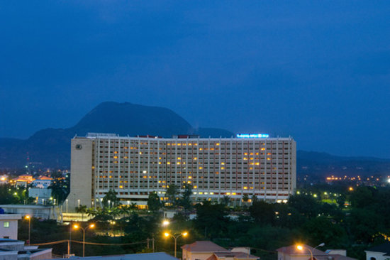 Transcorp Hilton Abuja: Hotel Exterior Night