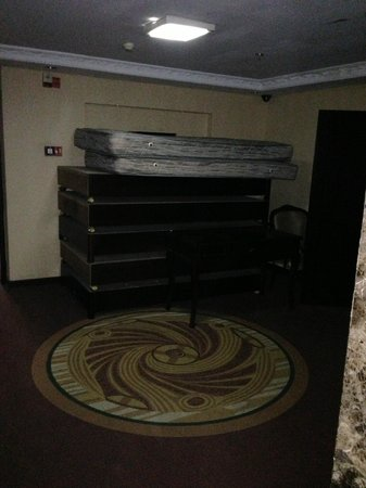 Oriental Pearl Grand Hotel: On one of the floors, the areas outside elevator is for storage?