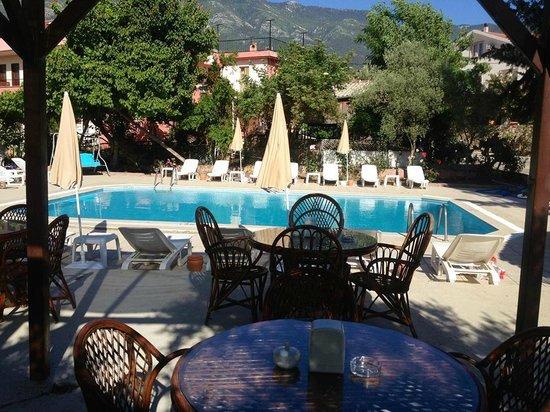 Almina Hotel: havuz basi kafeterya