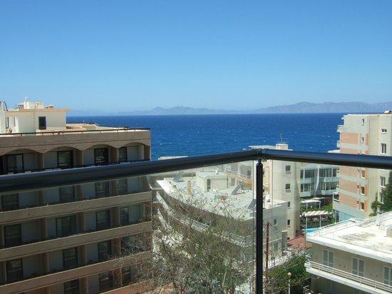 Smartline Semiramis City Hotel : plexiglaset på balkongen ger lite svindelkänsla.